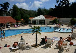 camping-cypres-saint-gilles-vendee-bord-piscine