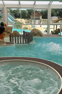 01-camping-roseliere-piscine-couverte.jpg