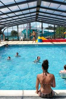 Eve-camping-piscine-couverte.jpg