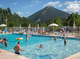 camping-terra-verdon-castellane-verdon-piscine-vue-montagne