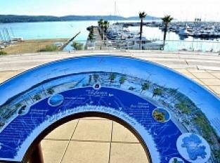 Table d'orientation et point de vue sur la baie de Cavalaire, ses plages, son port et le Cap Lardier