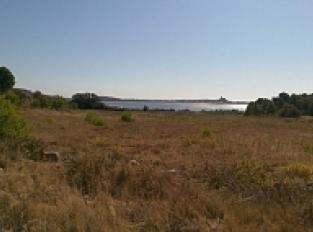 Vue sur l'étang de Gruissan depuis La Capoulade avec la mer au loin que l'on aperçoit