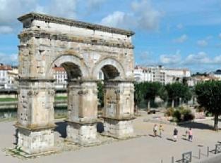 L'arc de Germanicus, l'entrée en ville