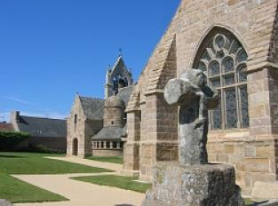 Trégastel Bourg, l'église et son ossuaire