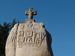 Menhir Christiannisé de Saint Uzec