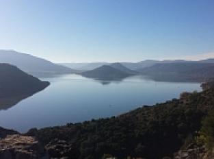 Point de vue barrage et lac du Salagou depuis parapet en retrait chemin