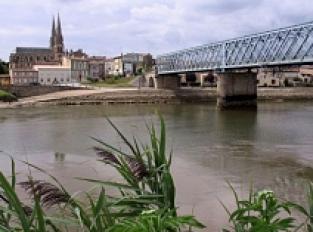 Point de vue sur la rivière La Dordogne depuis la rivière droite en aval de Branne.