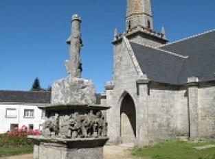 Eglise Saint-Pierre et Saint-Paul et son calvaire