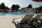 camping-jardins-de-kergal-piscine-bain-de-soleil