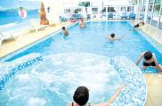 camping-la-paree-preneau_piscine_couverte_bain
