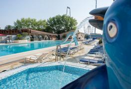 Abri-de-Camargue-piscine-ext-2.jpg