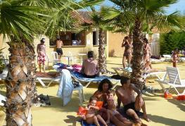 camping-pinede-enchantee-terrasse-piscine