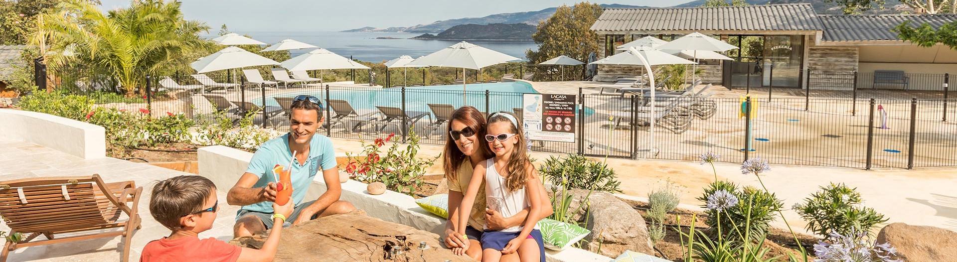 slider-camping-la-casa-piscine-vue-sur-mer