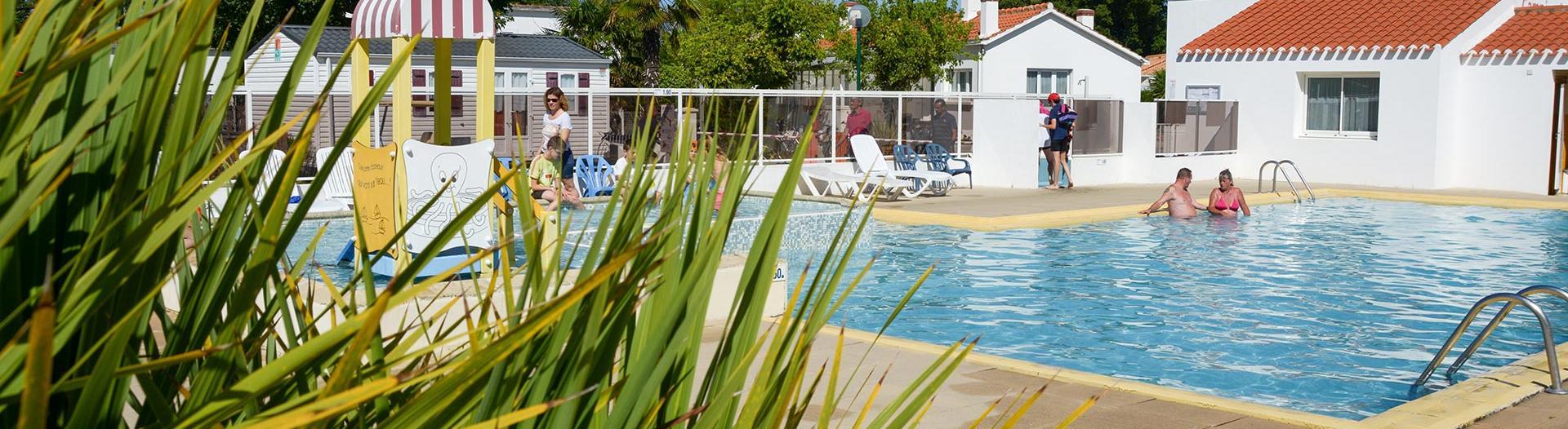 slider-camping-la-paree-preneau-vue-piscine
