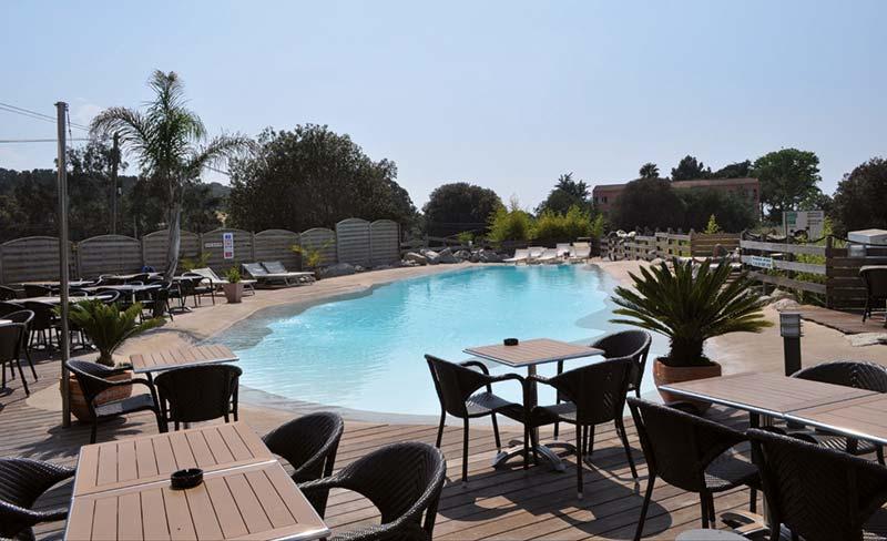 05-Colomba-piscine-table-restau-01.jpg