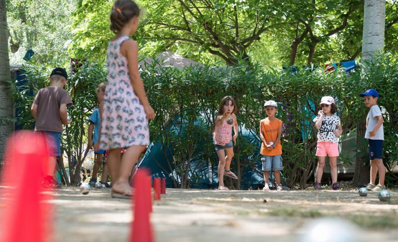 Abri-de-Camargue-ambiance-enfants-boules-2.jpg