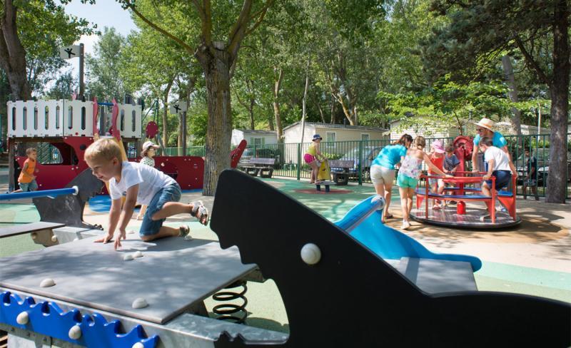 Abri-de-Camargue-ambiance-enfants-jeux-exterieur-5.jpg