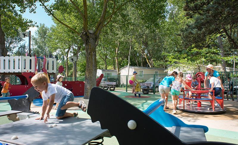 Abri-de-Camargue-ambiance-enfants-jeux-exterieur
