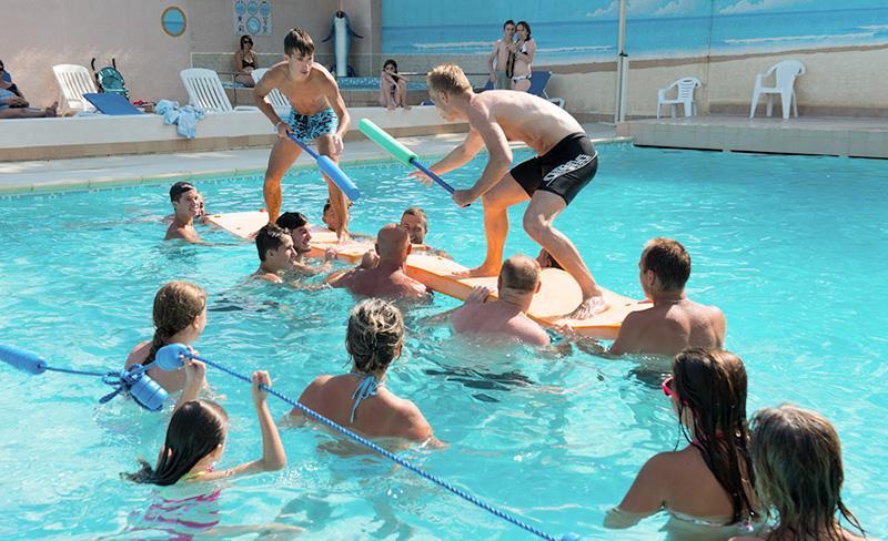 Abri-de-Camargue-piscine-exerieure-jeux