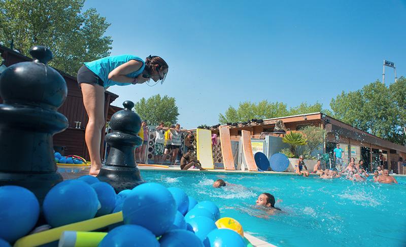 Abri-de-Camargue-piscine-exterieure-jeux-aquatiques