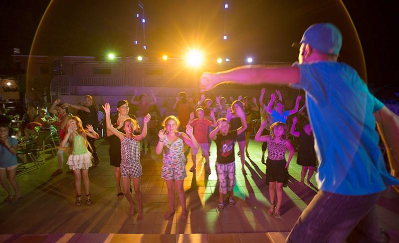 Abri-de-Camargue-spectacle-soiree-dansante