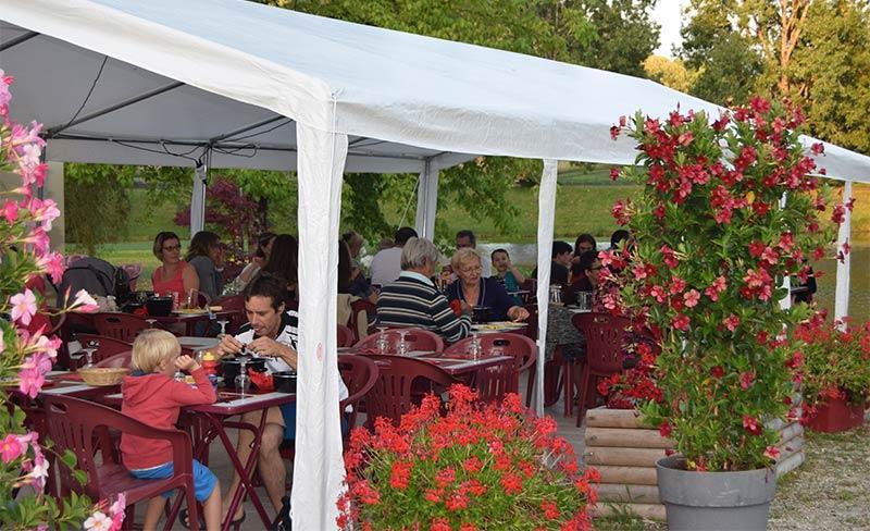 Etangs-de-Plessac-Terrasse-Rrestaurant-01.jpg