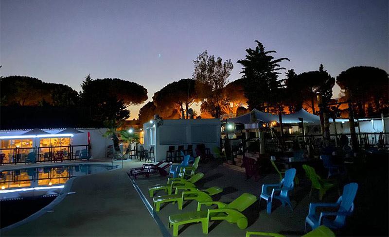 Maiana-piscine-nocturne-transats.jpg