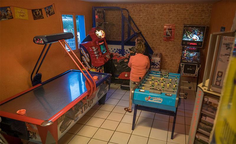 Pomme-de-pin-Sale-de-jeux-01.jpg