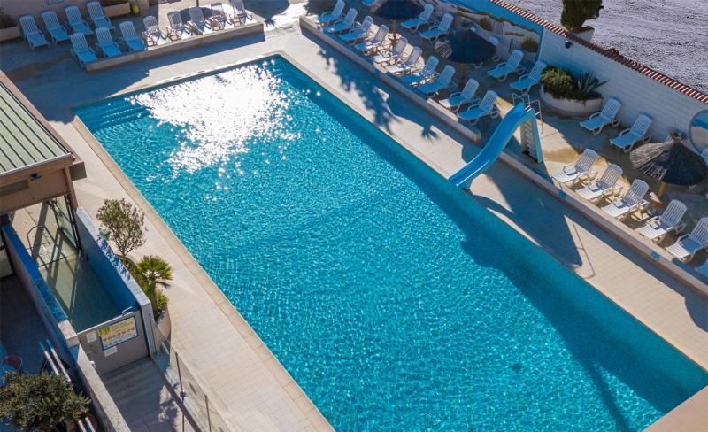 abri-de-camargue-02-09-2020-0139-piscine-drone.jpg