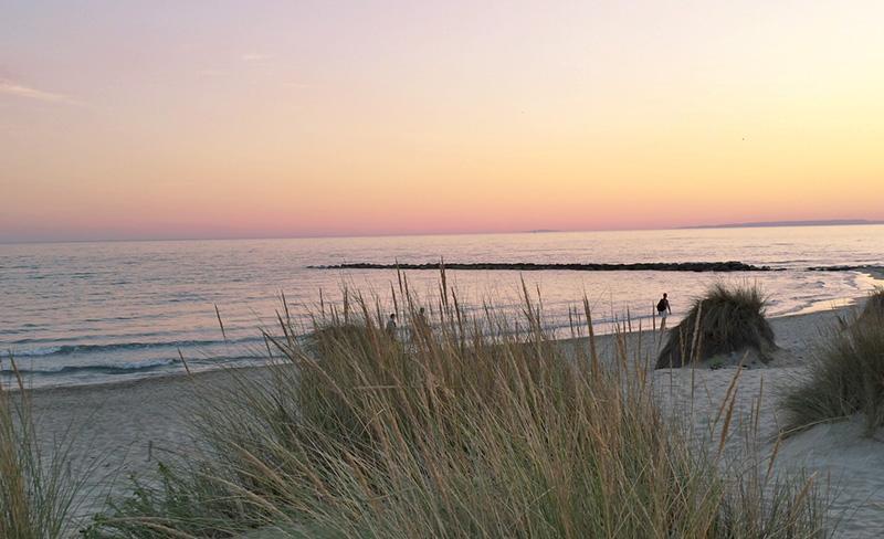 abri-de-camargue-des-plages-le-soir