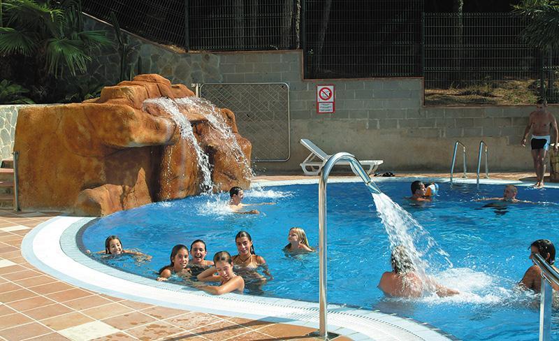 camping-bonavista-enfants-a-la-piscine