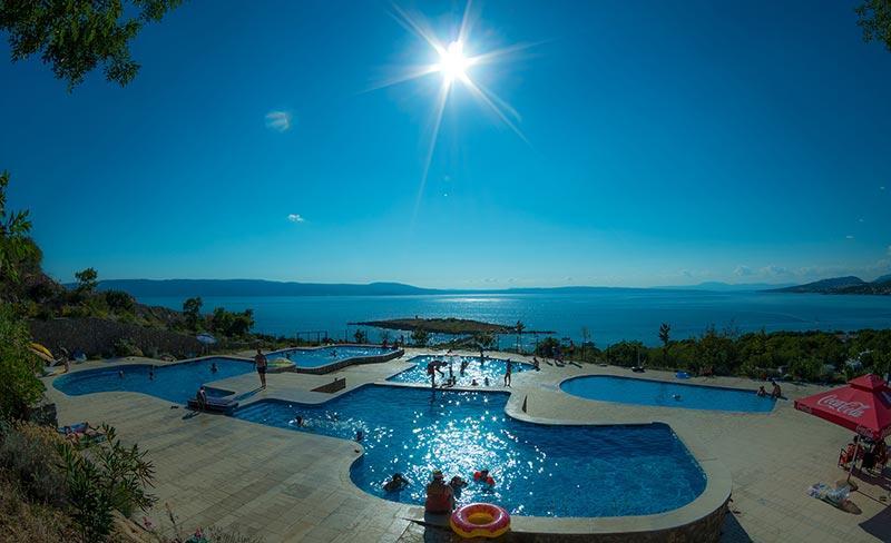 camping-croatie-klenovica-pisicine-vue-sur-mer-2019