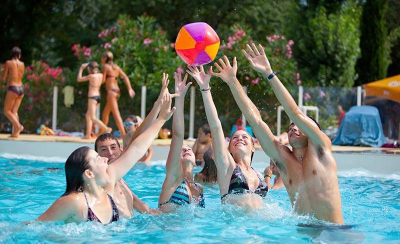 camping-domaine-de-gaujac-jeux-piscine