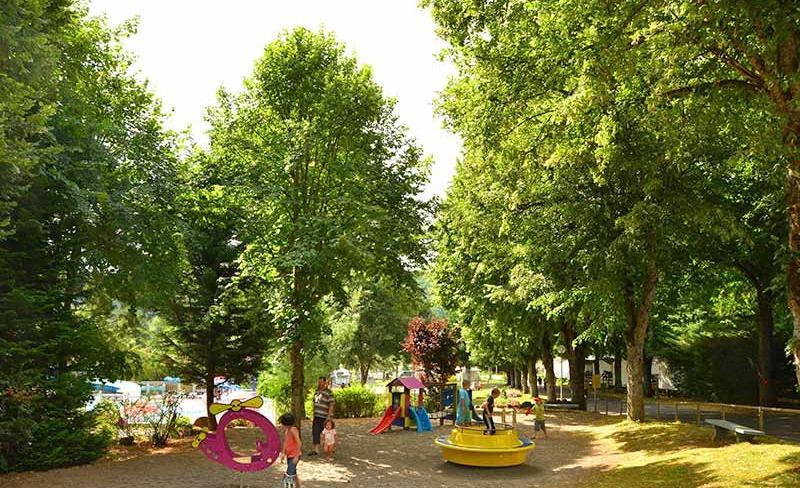 camping-europe-murol-loisirs-aire-de-jeux