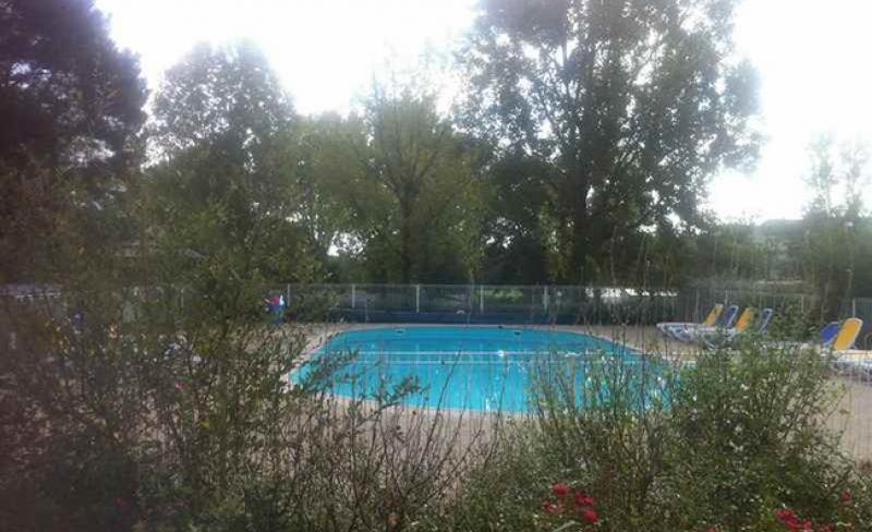 camping-fleur-de-briere-piscine-exterieure.JPG