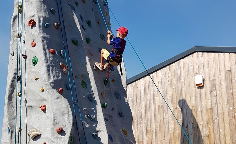 camping-golf-barneville-loisirs-mur-escalade-2019