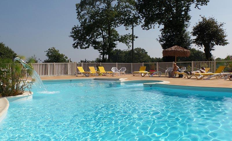 camping-kersentic-fouesnant-piscine-et-bain-de-soleil