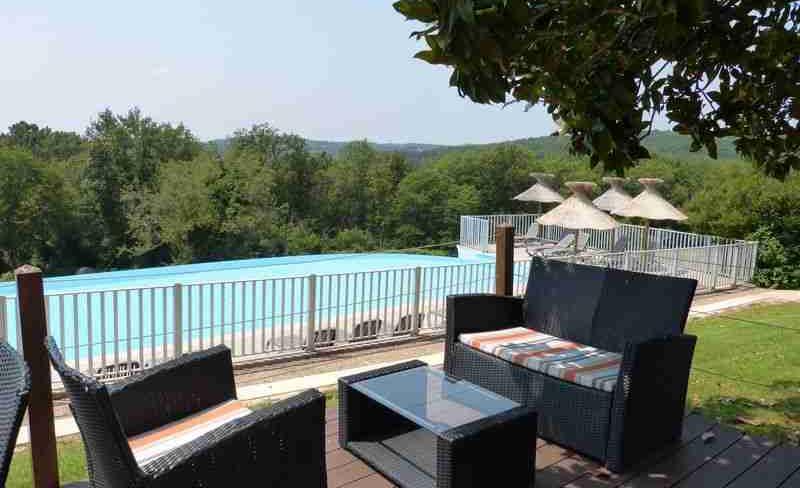 camping-la-linotte-terrasse-piscine.JPG