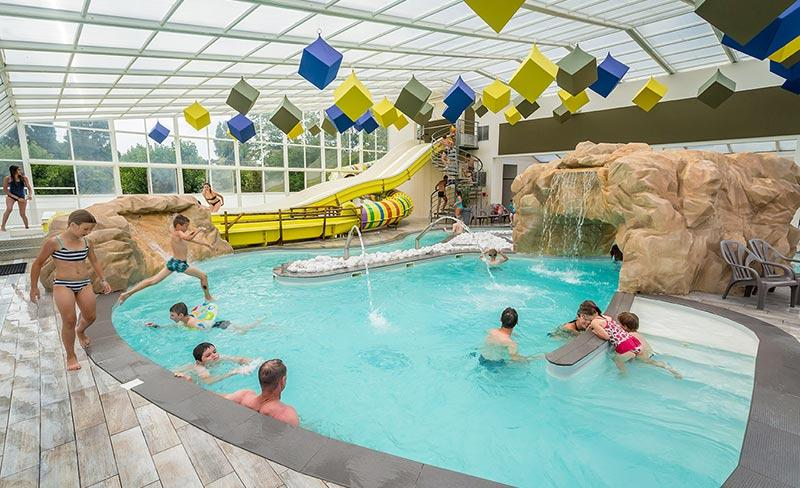 camping-les-pirons-piscine-couverte-cascade-2019