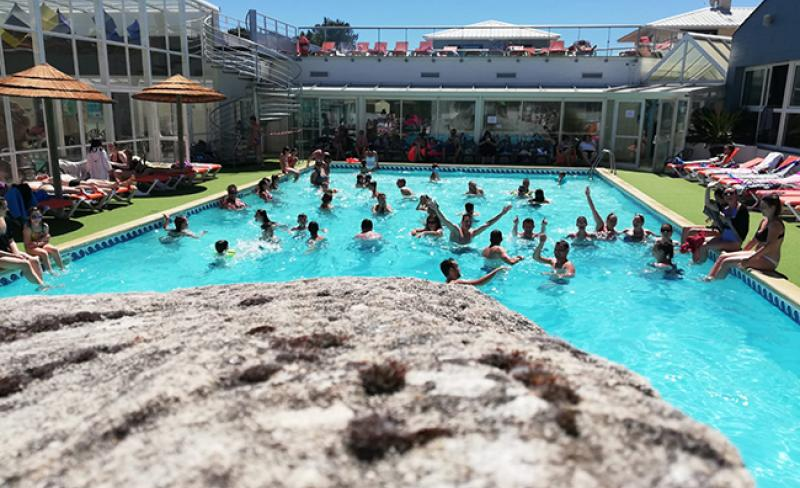 camping-les-pirons-vue-piscine.jpeg