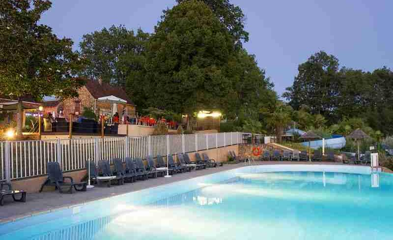 camping-linotte-terrasse-piscine-soiree.jpg
