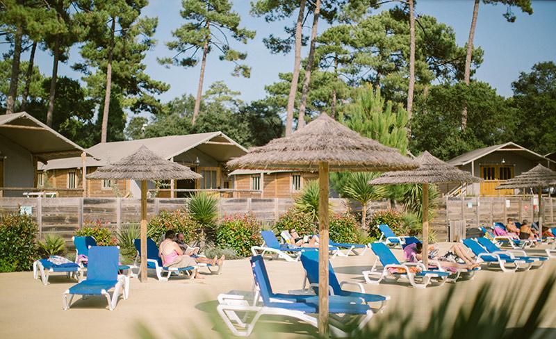 camping-natureo-vue-piscine-et-cabane