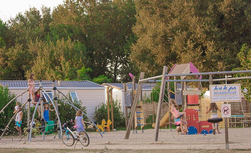 camping-pearl-argeles-equipements-aires-de-jeux