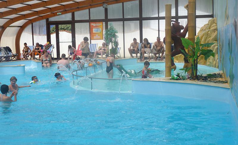 camping-pomme-de-pin-vendee-jeux-piscine-couverte