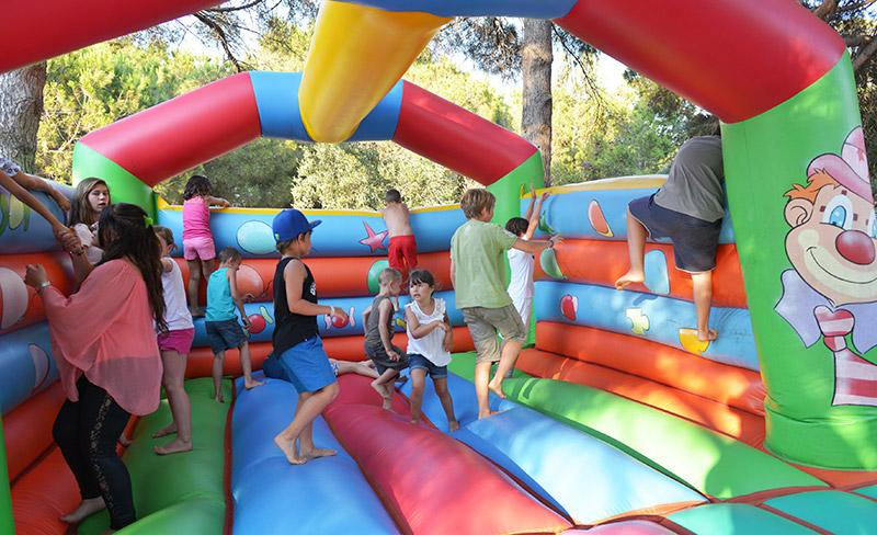 camping-presquile-jeux-gonflables