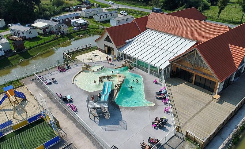 camping-roseliere-vue-aerienne-piscine-et-toboggan