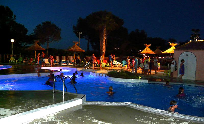 camping-saint-veziane-herault-piscine-la-nuit
